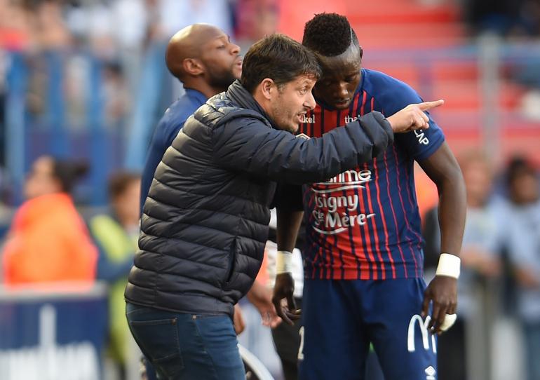 [6e journée de L1] AS Saint Etienne 2-1 SM Caen  Fabien_Mercadal_donne_ses_consignes_a%CC%80_Casimir_Ninga_lors_du_match_contre_Lyon